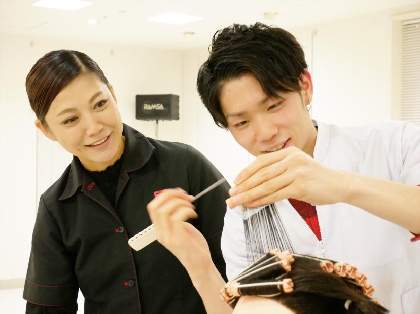 美容師国家資格を取得するための技術と知識を学ぶとともに、サロンワークなど実際の現場で役立つ技術と知識の基礎をトータルに身につけます。