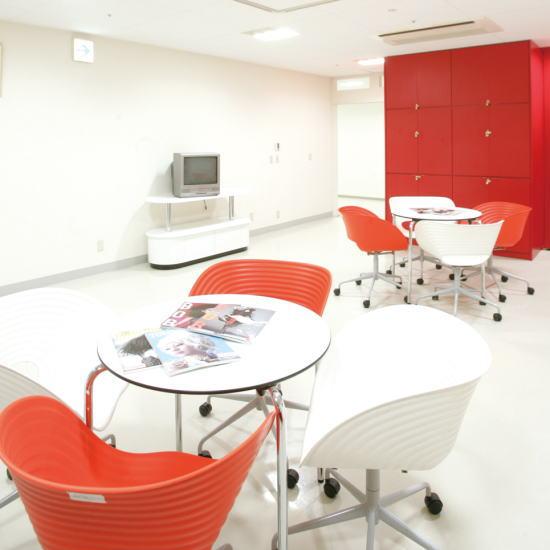 カフェスペース|休み時間などに学生が集まる場所。美容雑誌をチェックするなどゆったりとくつろげるスペースです。