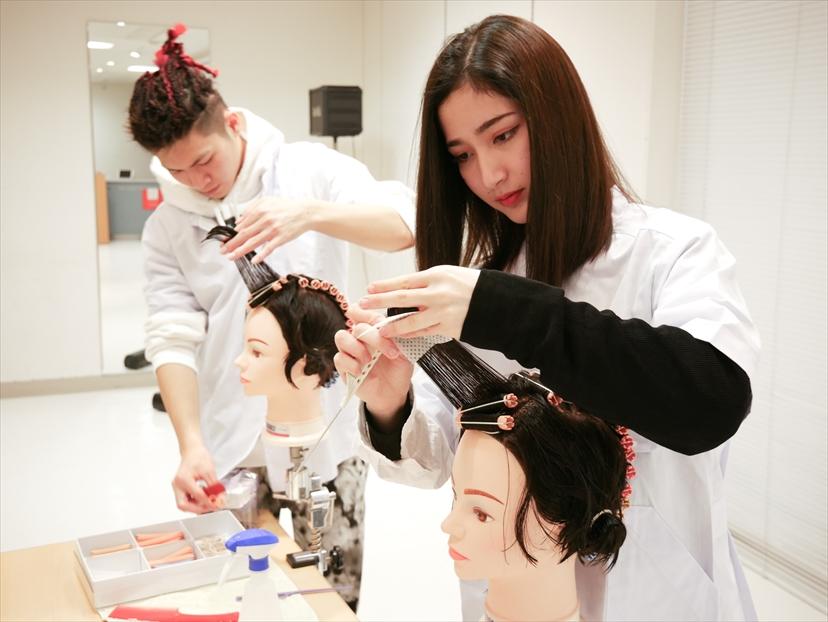 美容科|ヘアスタイリストコース|スタイリスト(美容師)に必要なカット・カラー・ブロー・スタイリングの基礎技術を身につけ、即戦力となるスタイリストを目指します。