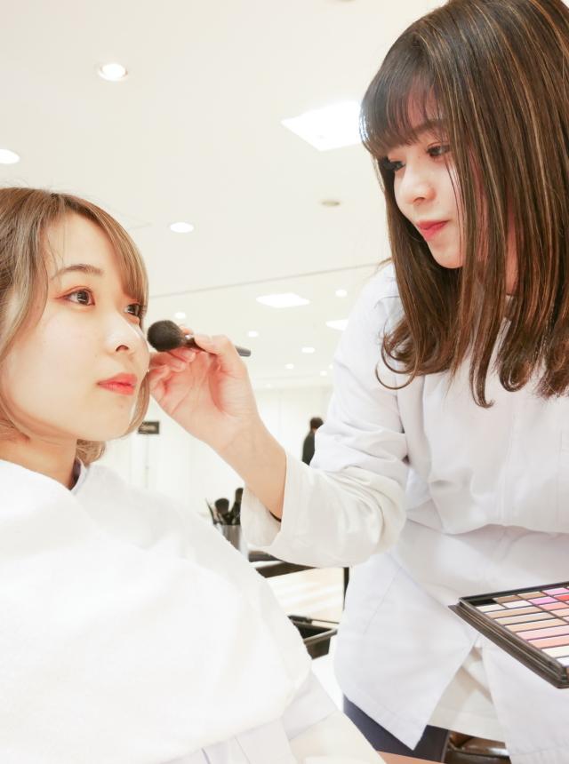 美容科|ヘアメイクコース|テーマ・イメージに合わせたヘアメイクができるヘアメイクアップアーティストを目指し、スタジオでのスチール撮影なども行います。
