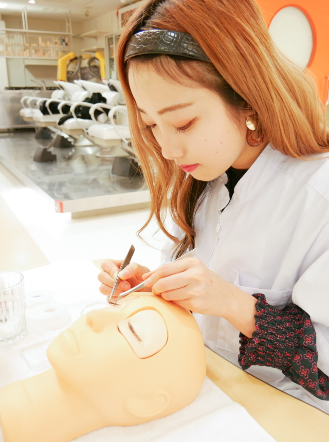 美容科|まつエク・ネイル・エステコース|美容師国家資格を取得したうえで、まつエク・ネイル・エステの技術と知識をトータルで身につけます。
